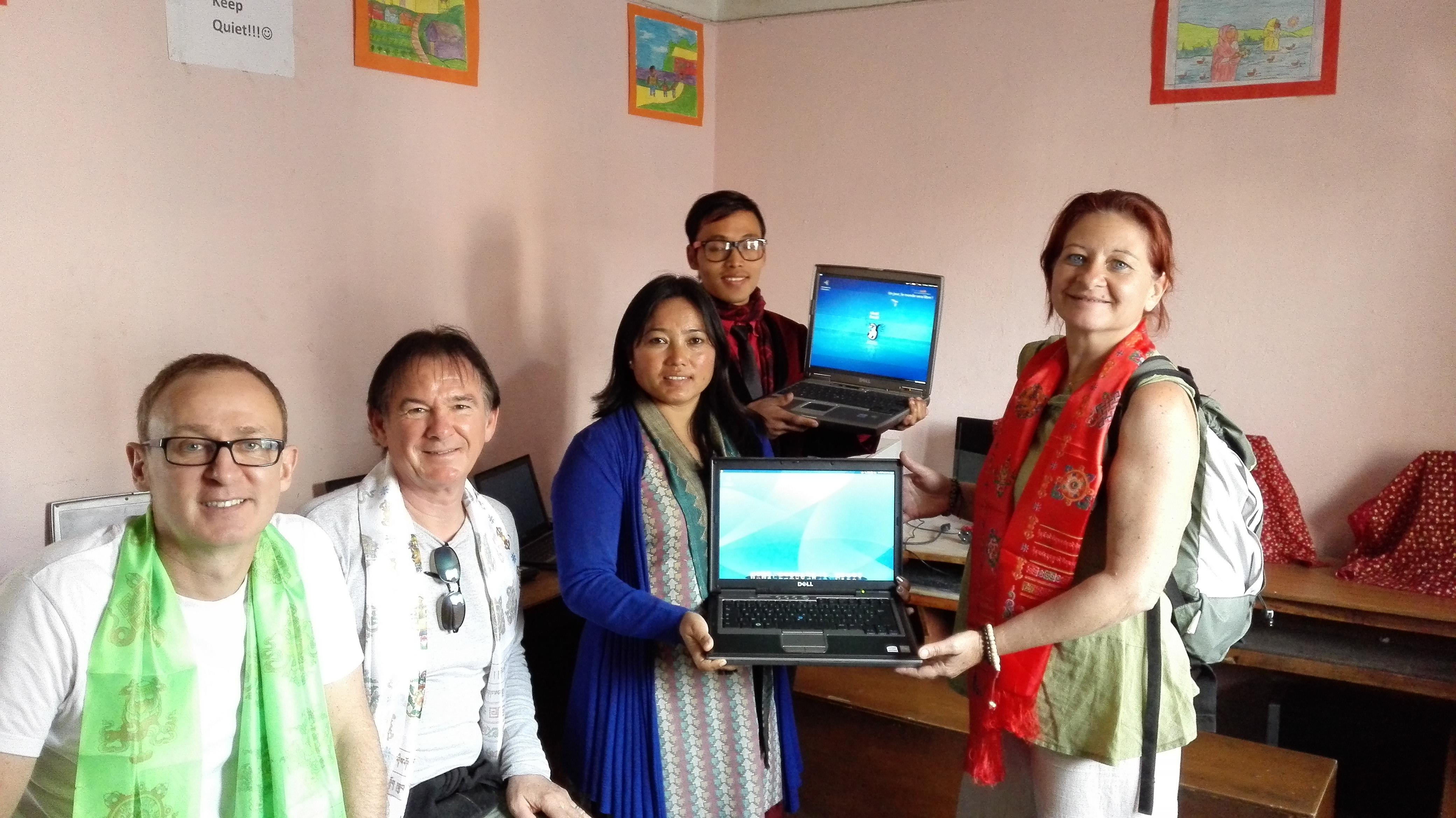 Photo : Remise d'ordinateurs sous Emmabuntüs par Ailleurs Solidaires à Akashganga Intl Academy en décembre 2015