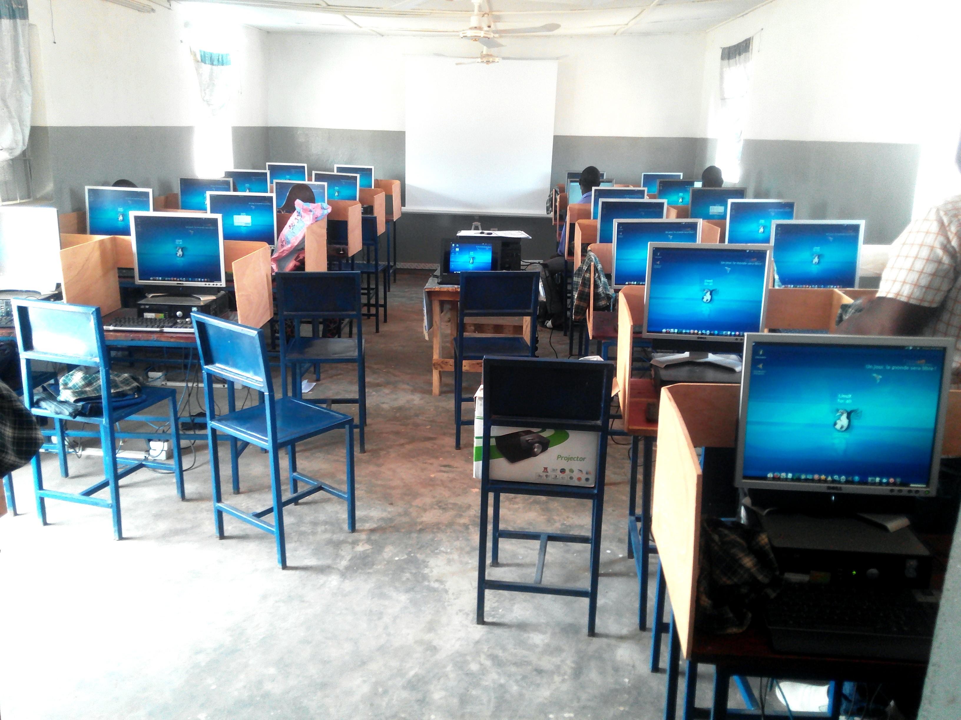 Salle informatique du village de Nayéga