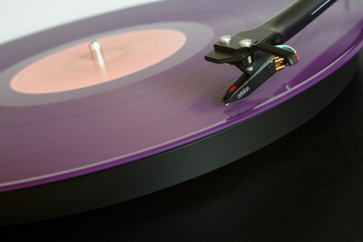 Les sites web sont comme les vinyles : un tourne-disque suffit pour les écouter tous. Image : turntable CC-BY-SA Traaf