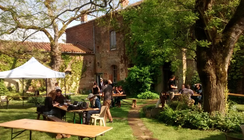 dans un jardin, quelques groupes autour de 3 tables, atmosphère estivale (photo par Opi sur son blog)