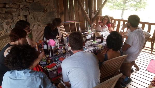 Vue d'ensemble de la table avec les participants autour