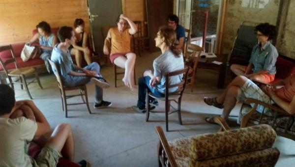 Personnes assises écoutant et participant au Fishbowl