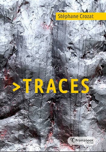 image de couverture de Traces, le roman de Stéphane Crozat. Détail d'une sculpture grise métal, quelques zones rouges