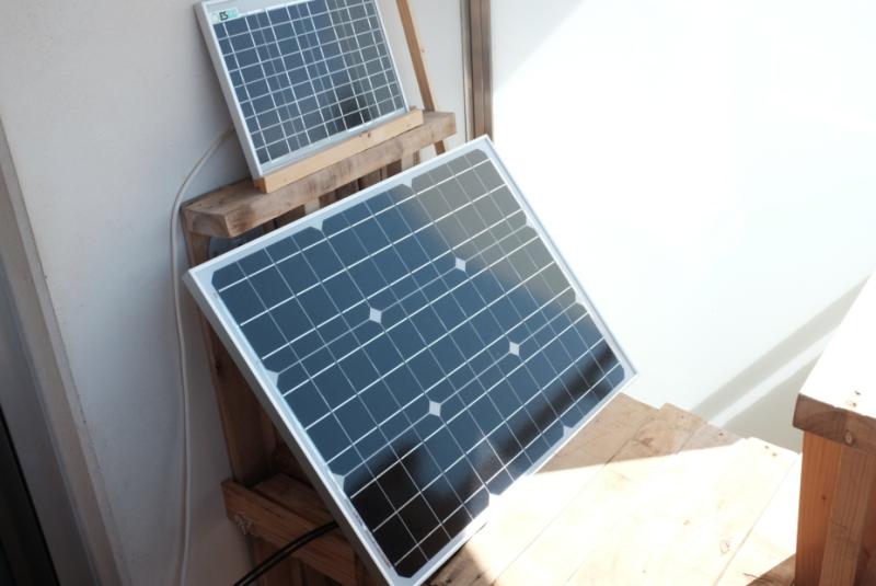 un petit panneau photo-voltaïque au-dessus d'un plus grand. Leur position les expose au soleil.