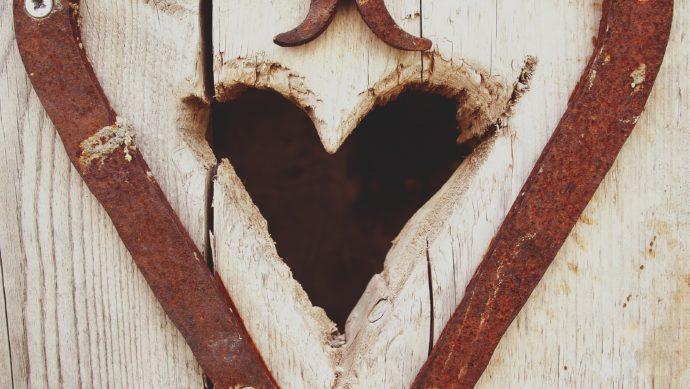 couer gravé dans une porte en bois