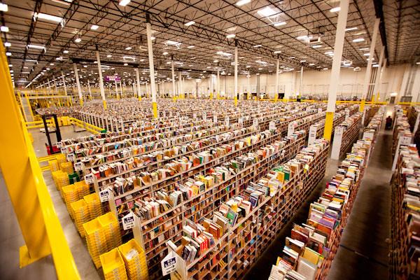 vue en perpective cavalière d'un immense entrepôt d'Amazon probablement rempli de livres