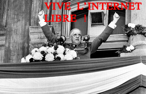 """De Gaulle au balcon de Québec, bras en V, image de 1967 détournée en """"Vive l'Internet Libre !"""" en rouge"""