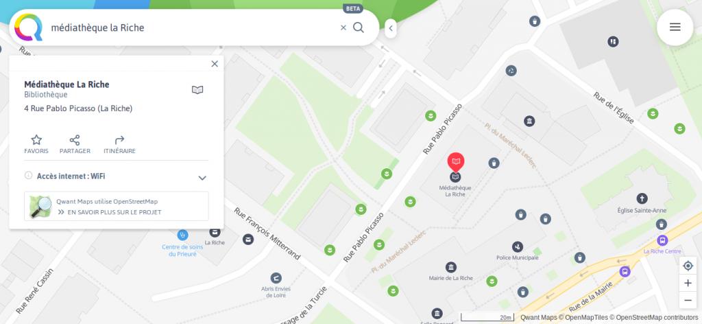 """vue du centre de la ville de La Riche avec la requête """"médiathèque la Riche"""" par QwantMaps. La médiathèque est clairement et mieux signalée visuellement (efficacité) mais la carte est moins détaillée (précision) que la version OSM"""