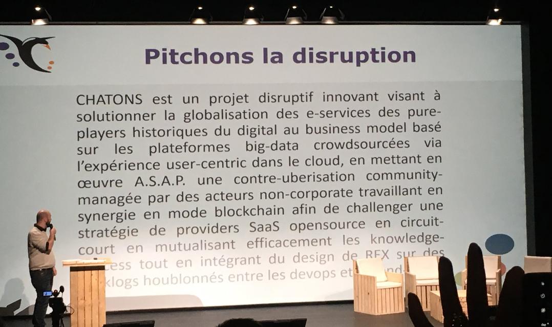 Photo de Pyg qui présente la « disruption » en plagiant la communication d'entreprise