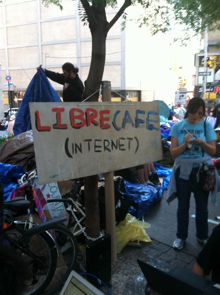 "occupy wall street, pancarte ""libre café"" (internet) sur le terrain occupé"