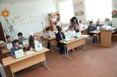 Classe Arménienne équipée d'ordinateurs du projet One Laptop Per Child