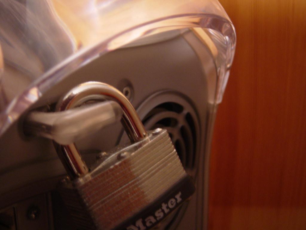 ordinateur fermé par un cadenas